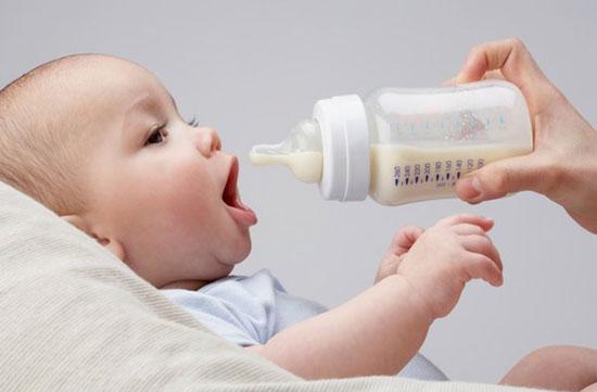 Có nên mua máy hâm sữa cho bé hay không?