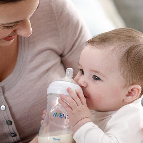 Hâm sữa mẹ bằng máy hâm sữa là giải pháp tiện lợi dành cho mẹ bận rộn
