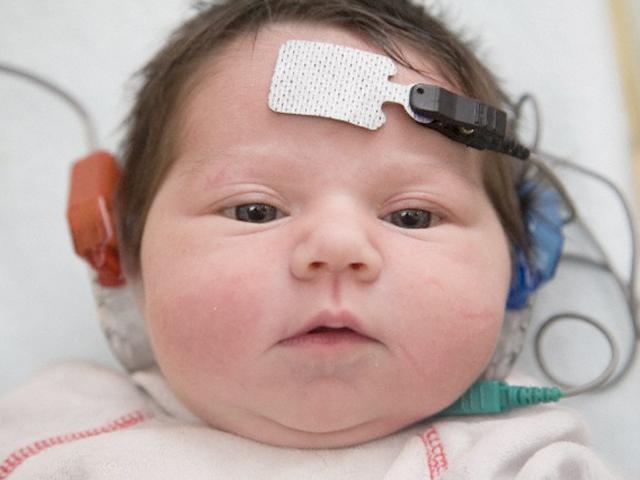Kiểm tra thính lực cho trẻ sơ sinh