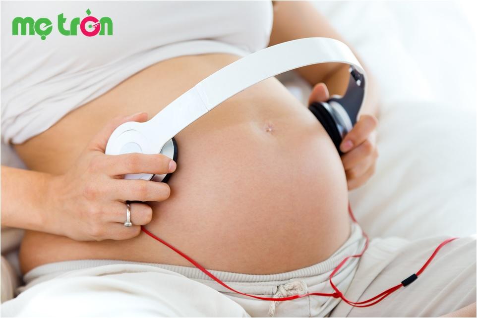 Mẹ bầu có nên cho thai nhi nghe nhạc bằng tai nghe điện thoại hay không?