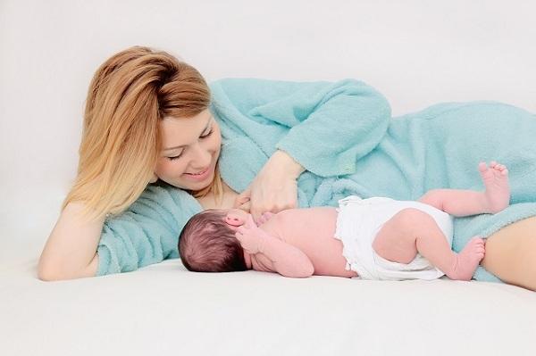 Mẹ sau sinh sữa lâu về hãy áp dụng ngay cách này