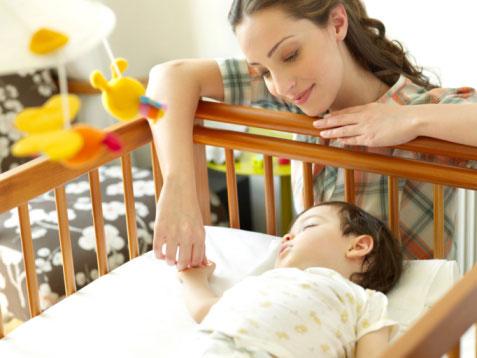 Trẻ sơ sinh nằm nôi điện có tốt cho sự phát triển không?