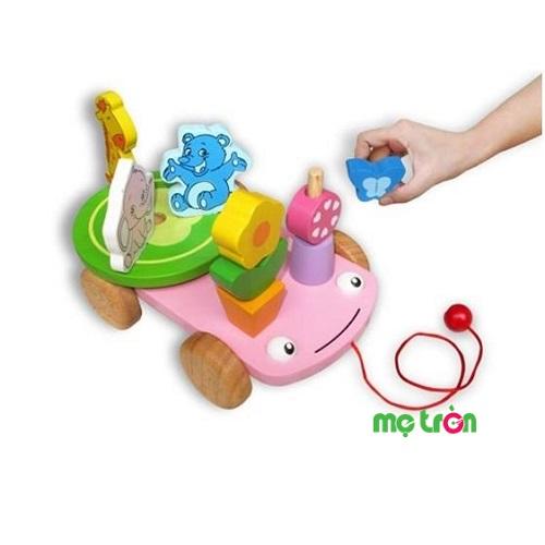 Xe thú cách điệu vui nhộn winwintoys là một chiếc xe có 2 mắt và miệng, được cách điệu như một chú ếch đang chuyên chở các chú voi, gấu, hươu cao cổ đi dạo chơi công viên. Sản phẩm có bánh mâm chứa cho bé kéo xe đai, các con vật sẽ xoay theo. Với bộ đồ chơi đáng yêu này, trẻ có thể thỏa sức di chuyển để đưa những con vật đến bất cứ nơi nào mà bé thích.