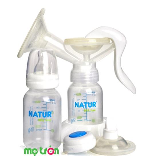 <p>Máy hút sữa bằng tay Natur Thái Lan chất liệu cao cấp BPA Free được sản xuất từ chất liệu cao cấp BPA Free đảm bảo an toàn tuyệt đối cho sức khỏe của bé yêu cà mẹ. Thiết kế tinh tế kĩ lưỡng mẹ dễ dàng cầm nắm và vận hành chỉ bằng một tay. Máy có lớp đệm massage bằng silicon và hoạt động mô phỏng giống như chu trình bú của bé.</p>