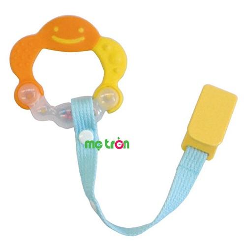 Xúc xắc ngậm nướu Richell RC50363 có dây đeo cho trẻ vừa chơi vừa ngậm được thiết kế dành riêng cho các bé có thói quen mút tay nhờ vào các phần nhô ra cho bé dễ mút, hơn nữa xúc xắc tạo âm thanh vui tai kích thích phát triển thính giác ở trẻ. Tay cầm của gặm nướu thiết kế vừa vặn tầm nắm, đồng thời có các phần khối với nhiều độ sần khác nhau mang đến tác dụng kích thích môi và lợi bé.
