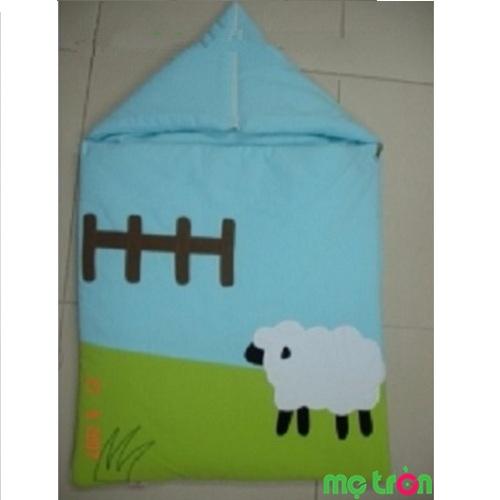 Túi ngủ có mũ sơ sinh TNM 01 được làm từ chất liệu vải coton 100% cho cả mặt trong và mặt ngoài của túi ngủ, bên trong lớp vải được thiết kế với chất liệu vải bông ép giữ ấm có độ thấm hút cao.