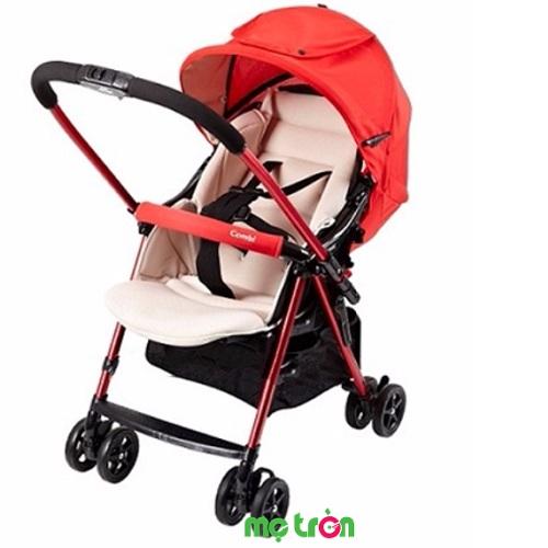 """<p style=""""text-align: justify;""""><strong>Xe đẩy em bé Combi Wellcomfort Cozy WT 200D</strong> thuộc thế hệ xe đẩy của Combi được cải tiến với nhiều ưu điểm về tính năng mới thông minh nhưng có giá thành vô cùng hợp lý. Sản phẩm mang đến sự chắc chắn, an toàn tuyệt đối cho bé và tiện lợi cho mẹ, đây cũng là dòng sản phẩm hàng đầu được các ông bố bà mẹ tại Nhật Bản và thế giới tin dùng.</p>"""
