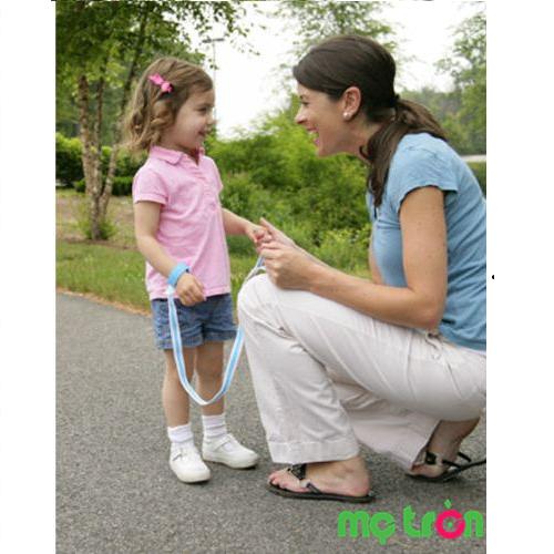 Dây dẫn em bé tập đi Safety-00105 là sản phẩm cao cấp được nhập khẩu từ Mỹ sẽ giúp bạn thoải mái trong việc dắt bé tập đi mà không cần phải còng lưng xuống, bên cạnh đó, bé cũng có thể giữ được thăng bằng, vững chãi hơn khi đi, thoải mái đôi tay, bổ sung thêm kinh nghiệm trong lúc tập đi mà không sợ bị té ngã.
