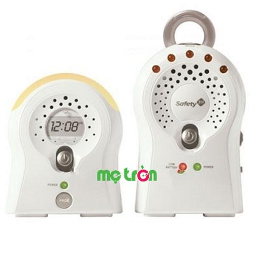 Máy báo khóc có đồng hồ 1 phát 1 nhận  cao cấp Safety 1st MO 069 rất tiện lợi cho bố mẹ theo dõi con ở bất cứ vị trí nào trong nhà cũng sẽ biết được tình trạng của bé. Mẹ chỉ cần đặt một bộ thiết bị ở phòng của bé để theo dõi mọi âm thanh và hoạt động của bé. Còn một thiết bị bố mẹ đặt ở nơi làm việc của mình sẽ giúp nghe được tiếng bé khóc và kịp thời đến cạnh bé và bó mẹ cũng có không gian riêng để làm việc.