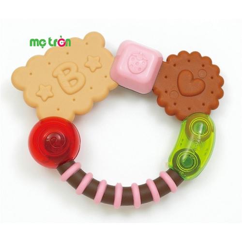 Cắn răng hình bánh bích quy Toyroyal 3330 được thiết kế hình dáng những chiếc bánh quy vòng tròn xinh xắn cùng với màu sắc bắt mắt sẽ là món quà giúp bé giảm bớt cảm giác đau, ngứa nướu khi mọc răng. Sản phẩm được làm từ chất liệu an toàn, đã qua quá trình kiểm duyệt nên bạn có thể an tâm khi sử dụng cho con.