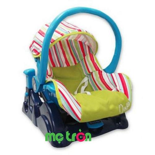 <p>Nôi xách tay Lucky Baby 500125 sinh động với thiết kế tiện dụng độc đáo, dành cho trẻ từ sơ sinh đến 12 tháng tuổi. Nôi xách tay với lớp nệm mềm mại, thông thoáng, chiếc quai cầm chắc chắn sẽ giúp mẹ chăm sóc bé yêu được tốt nhất.</p>