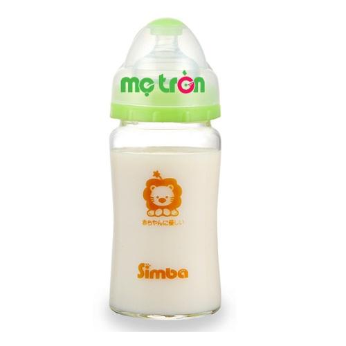 Bình sữa Simba hồ lô cổ rộng thủy tinh 240ml S6905 cho bé là dòng sản phẩm chất lượng của thương hiệu Simba. Bình được làm từ chất liệu thủy tinh có khả năng chịu nhiệt lên đến 600 độ C, tuyệt đối không gây phản ứng hóa học khi tiếp xúc với sữa. Núm ty làm bằng silicone cao cấp, mềm mại và không chứa BPA nên an toàn với sức khỏe của bé.