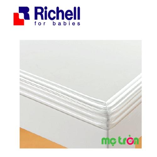 Bịt cạnh và góc bàn Richell RC40540 là một trong số những dụng cụ bảo vệ an toàn cho trẻ mang thương hiệu nổi tiếng Richell, được làm từ chất liệu nhựa dẻo PVC rất bền và chắc chắn. Sản phẩm sẽ giúp mẹ có thể yên tâm hơn khi cho bé chơi gần các vật dụng sắc nhọn trong nhà như bàn kính, tủ mà không sợ gây nguy hiểm cho bé.