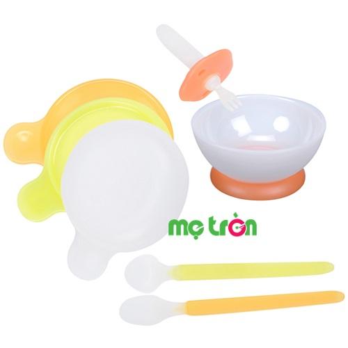 - Chất liệu nhựa cao cấp an toàn. - Sản phẩm trọn bộ gồm bát đĩa thìa hỗ trợ bé tập ăn dễ dàng. - Thiết kế nhỏ gọn phù hợp với độ tuổi của bé.