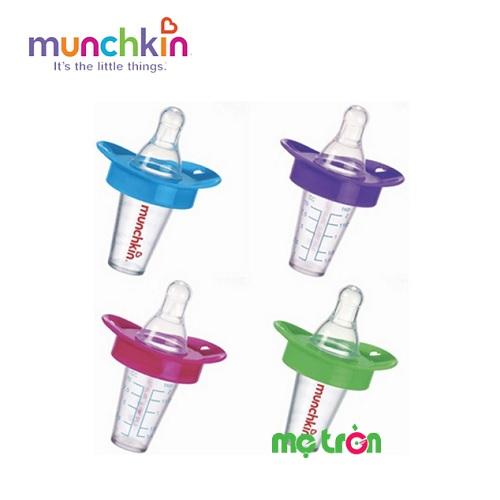 - Ty hỗ trợ uống thuốc nước Munchkin 12501 có tiết kế như bình sữa mini cùng núm ty mềm. - Phan chia vạch rõ ràng giúp bố mẹ pha thuốc chính xác. - Chất liệu Silicone và nhựa PP rất an toàn.